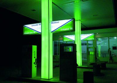 Φωτεινή κολόνα με πινακίδες